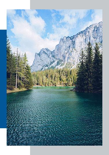 Superbe panorama avec un lac une forêt et la montage en arrière plan